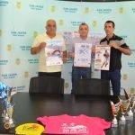 Ayer tuvo lugar la presentación de la I Travesía a nado Isla Grosa. En la imagen el concejal de Deportes del Ayuntamiento de San Javier y el Presidente de la Federación con el cartel en las manos.