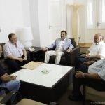 Imagen de la reunión del alcalde de Cartagena, José López, con los representantes de propietarios de Las Dunas a principios del pasado verano.