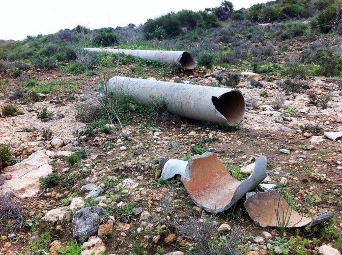 Antiguas conducciones revestidas con fibra de amianto permanecen abandonadas dentro del Parque Regional de Calblanque.