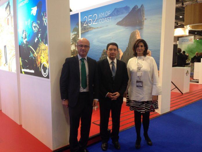 El consejero de Turismo y Empleo, Juan Hernández, ha cerrado un acuerdo con el secretario de la OMT, Taleb Rifai, y secretaria de Estado de Turismo, Isabel Borrego, para intentar dar a conocer el Mar Menor a nivel internacional