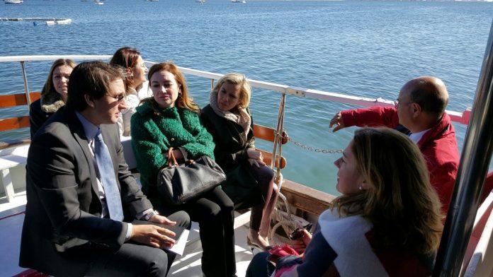Los responsables autonómicos explicaron ayer, con un recorrido por el Mar Menor, en qué se van a gastar el dinero de la UE destinado a la laguna.