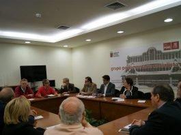 Imagen de la reunión celebrada ayer en la Asamblea Regional para informar al PSOE de la situación en la que se encuentra la ribera Sur del Mar Menor