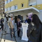 Imagen de la rueda de prensa celebrada por Podemos a la entrada de la estación
