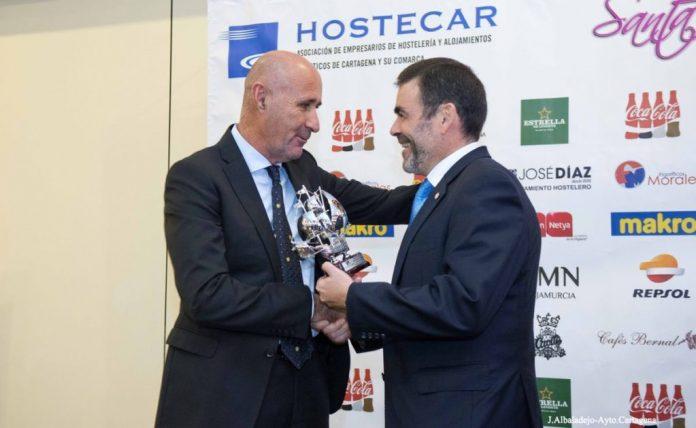 Alfonso Torres, dueño de Trips y Undersun, recibió el premio de mano del alcalde de Cartagena, José López