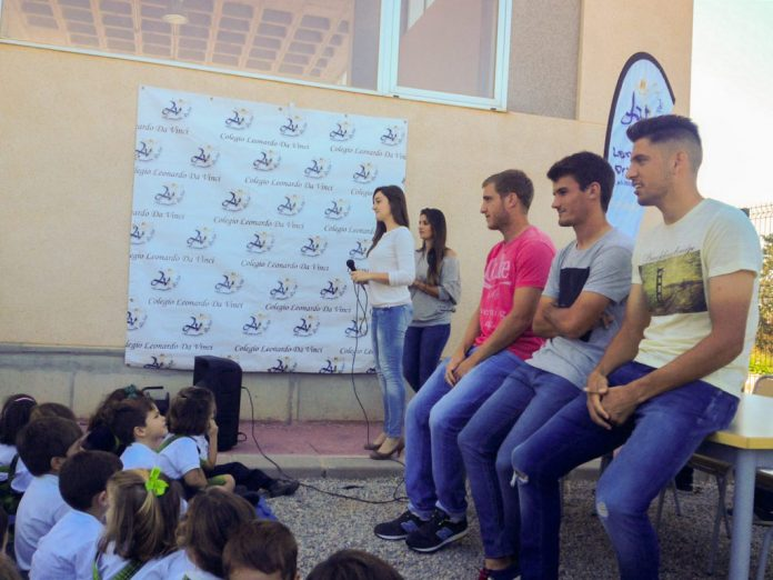Los Jugadores del F.C. Cartagena en su visita al colegio Leonardo Da Vinci de Los Belones. / P. CONESA