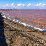 El Mar Menor presenta un color rojizo en Los Nietos.
