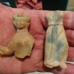 Muñecas de terracota encontradas en las villas romanas de la zona de Playa Honda correspondientes a la época del emperador Antonino Pío por su tipología característica.