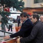 El concejal de Seguridad del Ayuntamiento de Cartagena examina con directivos de ACOBE los desperfectos en el árbol de Navidad de la plaza de la Iglesia de Los Belones.
