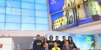 Los representantes del Gobierno regional posaron en FITUR para los medios de comunicación rodeados de deportistas de la Universidad Católica de Murcia.