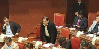 André Pedreño (de pie) considera un desastre la estrategia turística del PP en los últimos veinte años (imagen de archivo)