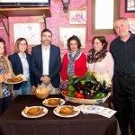 El alcalde y la alcaldesa de Cartagena, junto con la concejala de Turismo, en su visita a uno de los establecimientos participantes en la Ruta del Guiso de la Abuela.