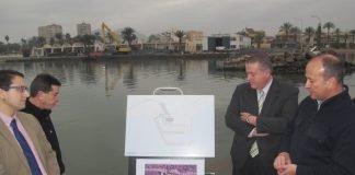 El consejero de Fomento, Francisco Bernabé, asistió ayer al inicio de las obras en el puerto de Mar de Cristal.