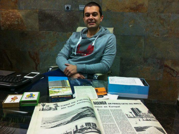 Javier Cegarra, junto a algunos de los artículos de su colección.