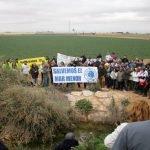 Durante la marcha protesta el presidente de ANSE, Pedro García, dio una breve explicación del origen contaminante de la rambla