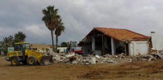 """Obras de demolicion del antiguo """"Zeta"""", en la zona de El Vivero de La Manga."""