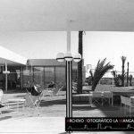Fantástica vista de la terraza exterior del Club Náutico 2 Mares en 1969 repleta de sillones BKF