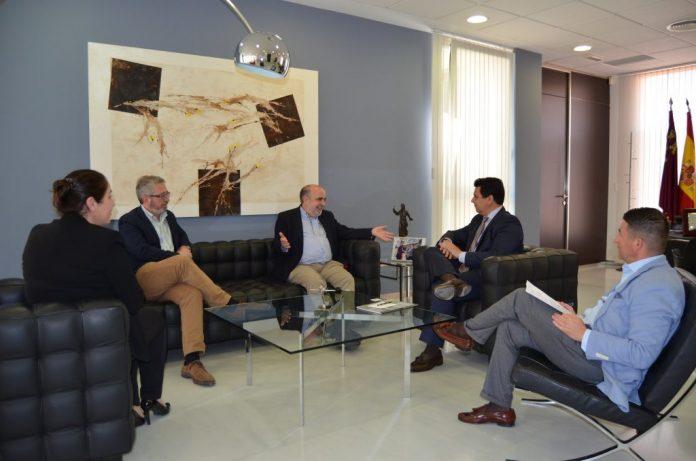 Imagen de la reunión que mantuvieron los nuevos propietarios del hotel Mangalán con el alcalde de San Javier