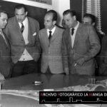 Fotografía realizada durante la visita de Fraga Iribarne a La Manga el 13 de Enero de 1963 donde el arquitecto Antonio Bonet y Tomás Maestre explicaron el proyecto.