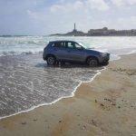 Un coche quedó atrapado en la arena de la playa de Levante de Cabo de Palos.