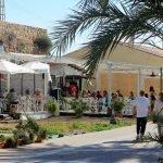 """El sector turístico ha permitido buenos datos en la contratación pero la oposición sigue considerando que son empleos """"precarios"""". En la imagen, uno de los chiringuitos de Cabo de Palos durante Semana Santa"""