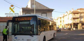 La Guardia Civil detuvo al presunto ladrón en el autobús cuando escapaba con el televisor robado.