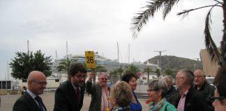 El consejero de Turismo, Juan Hernández, se desplazó personalmente ayer a Cartagena para recibir al último grupo de austríacos que, según él, ha proporcionado ocupación hotelera al Mar Menor y La Manga