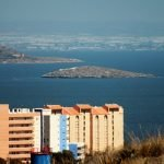 En primer plano, edificaciones urbanísticas construidas en Playa Honda durante los últimos años (imagen de archivo)