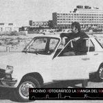 Fotografía de la presentación oficial del Renault 7 en La Manga en otoño de 1974 donde vemos el Hotel Galúa al fondo, a la derecha Bungalow Grupo 2 y en primer plano el Renault 7