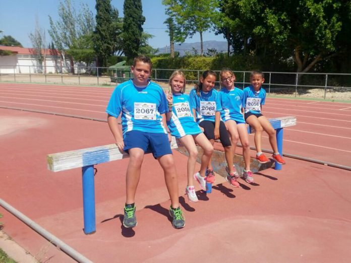 Atletas de la Escuela de Atletismo de La Manga, en Alhama de Murcia el pasado fin de semana.