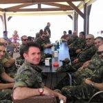 Militares de la USAC de Tentegorra visitaron el chiringuito de Emely tras unas maniobras.