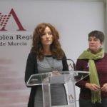 La diputada de Podemos, María López Montalban (der.) mantuvo ayer una reunión con los vecinos de Los Urrutias.