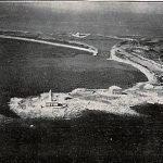 Imagen aérea del canal de El Estacio y su faro durante los años veinte