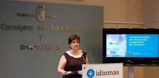 La directora de Innovación Educativa, Ana Millán, presentó los campamentos de inmersión lingüística que se celebrarán en Los Urrutias y San Pedro