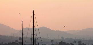 La presencia de polvo en suspensión provoca la característica bruma en el Mar Menor
