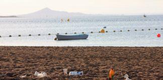 Las medidas para evitar la concentración del botellón provocó que los jóvenes se dispersaran por playas y calles de Cabo de Palos.