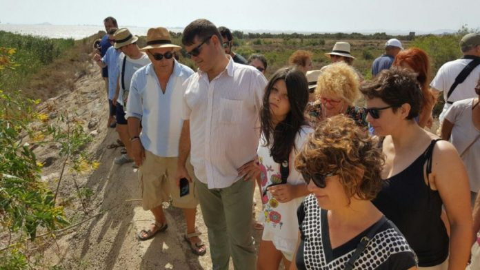 La diputada de Podemos visitó ayer la Rambla de El Albujón para conocer la realidad de la laguna