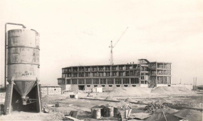 El hotel Entremares durante su construcción