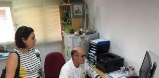 La consejera de Sanidad realizó una visita ayer al Centro de Salud de La Manga donde anunció la puesta en marcha hoy del consultorio de Playa Paraíso