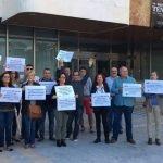 El pasado jueves vecinos que protestan contra la instalación del chiringuito protestaron frente al Ayuntamiento de San Javier.