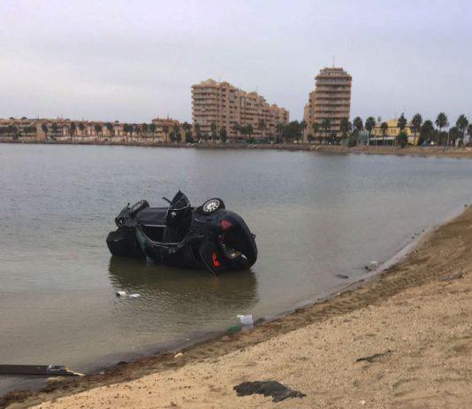 Un coche cayó al Mar Menor el viernes por la tarde. Sus ocupantes salieron por su propio pie y fueron trasladados al Centro de Salud de La Manga.