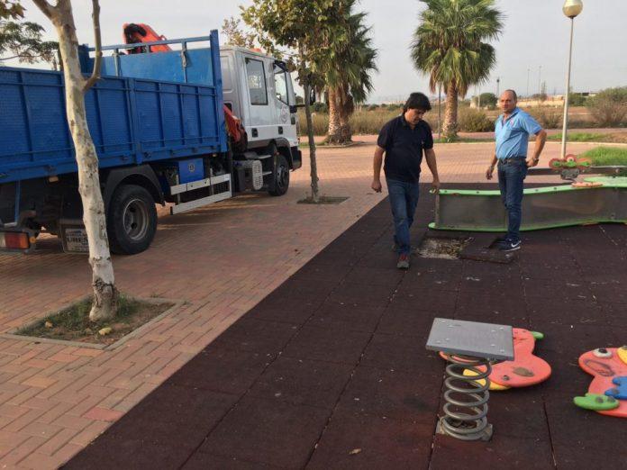 Operarios del Ayuntamiento de Cartagena retiran el columpio vandalizado en Los Belones.