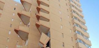Balcones derrumbados en el edificio Mónaco de La Manga.