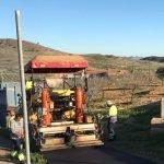 Trabajadores asfaltan una carretera en una diputación cartagenera.