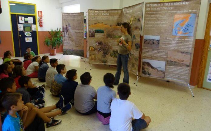 Imagen de la exposición y charla desarrollada por ANSE para los colegios limítrofes con el Mar Menor.