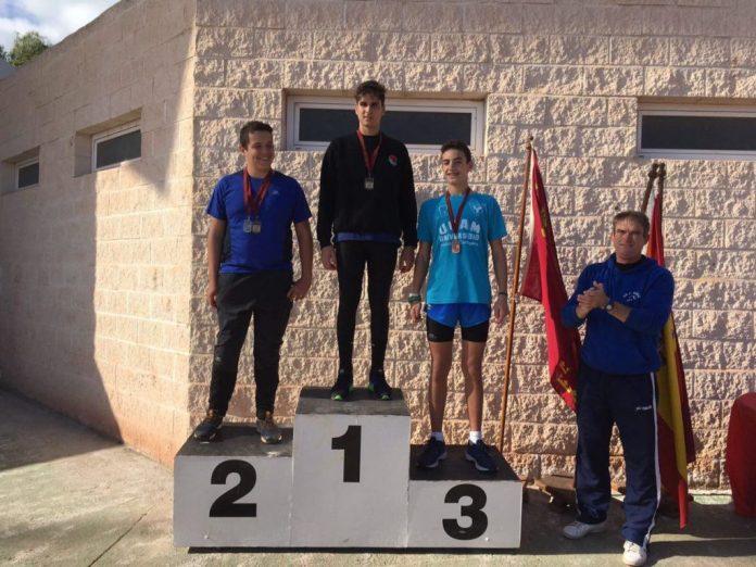 Uno de los podiums logrado junto al entrenado de la Escuela de Atletismo de La Manga, Juan Pérez (dcha.)
